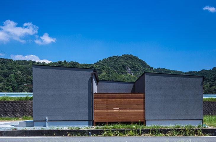グレーの塗り壁がおしゃれなコの字形の家。行橋・苅田・北九州の平屋と言えば、ヤスナグデザインホーム。