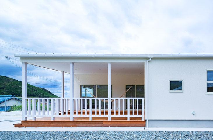 白い平屋の家。海がよく似合うカバードポーチ!まるで、ハワイの住宅のよう。行橋の平屋といえば、ヤスナグデザインホーム。