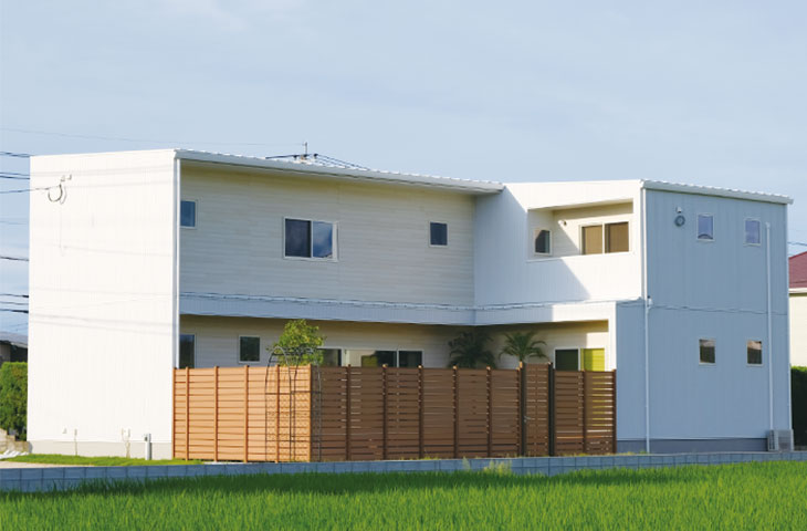 白いガルバのL字形の家は、青い空に良く似合う。パッシブデザイン省エネ住宅のヤスナグデザインホームの注文住宅です。行橋の方必見。