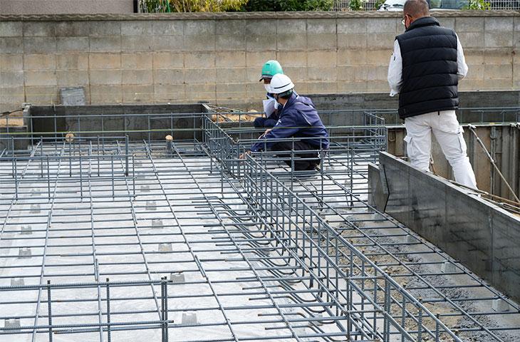 12/10第三者機関、配筋検査。配筋のチェックを行う検査員。安心の施工、ヤスナグデザインホーム。
