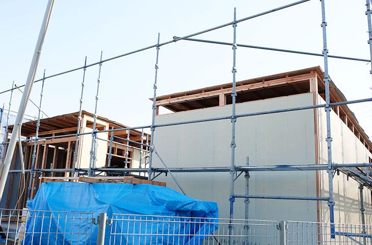 上棟後に柱や屋根下地について検査するコの字形の家。