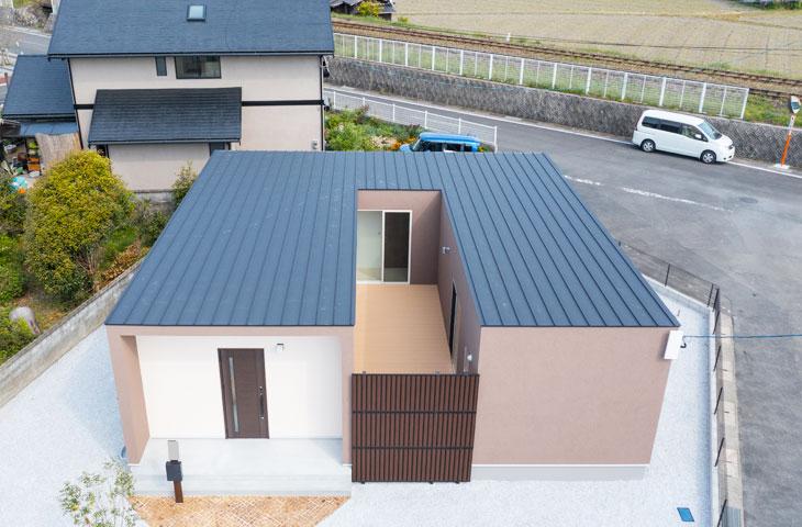 みやこ町にコの字形の家が完成しました塗り壁とパッシブデザインのこの家は、ブラウンとアイボリーでおしゃれな家。