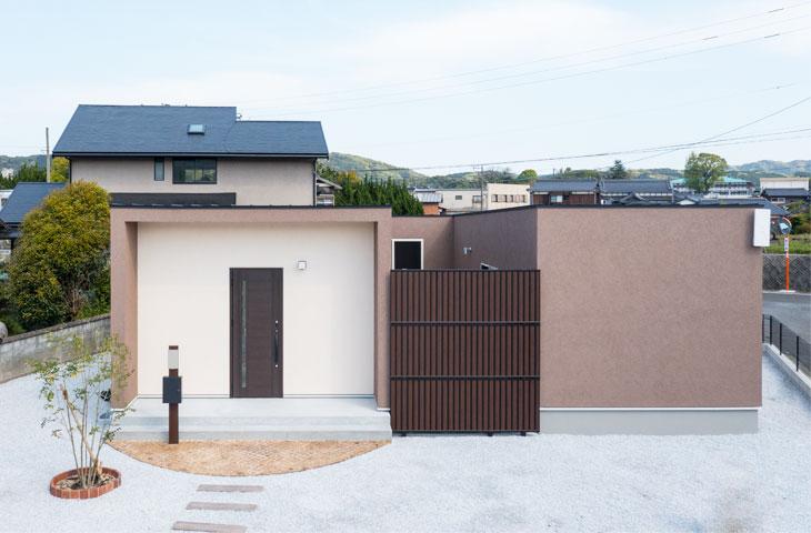 おしゃれなのコの字形の家。みやこ町に完成。ブラウンとアイボリーの家。パッシブデザインと塗り壁の家。