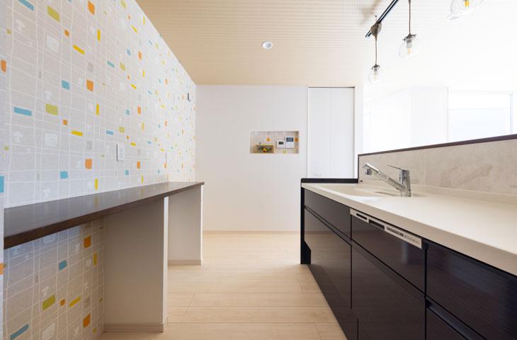 スヌーピーの壁紙のキッチンが可愛くおしゃれです。