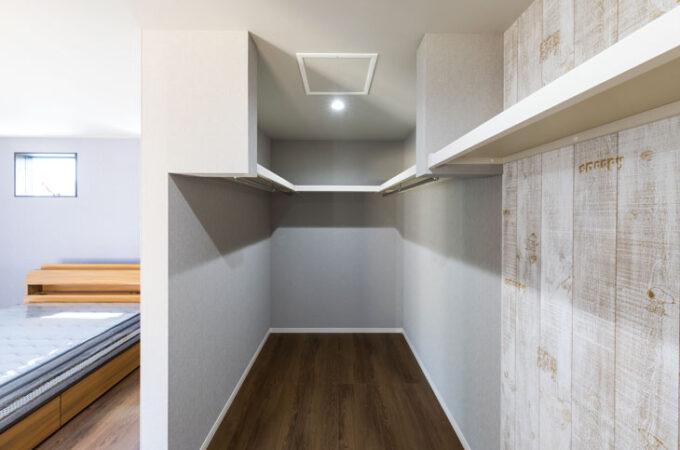スヌーピーの壁紙を書斎とウォークインクローゼットに利用。