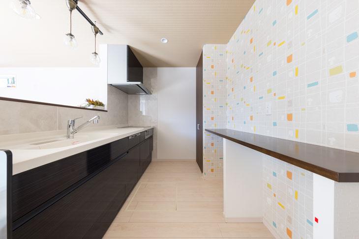 キッチンの壁にスヌーピーの壁紙。POPでおしゃれなスヌーピーのサンゲツ壁紙。